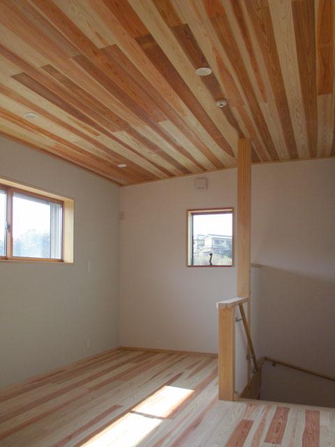床・天井は杉で仕上げ