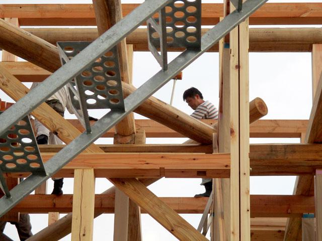 小屋裏の梁丸太を組んでいるところ